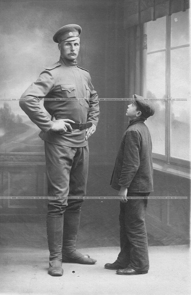 А.И.Быков, борец-чемпион, ученик И.В.Лебедева (Дяди Вани), ростом 3 аршина 1 вершок стоит рядом с мальчиком