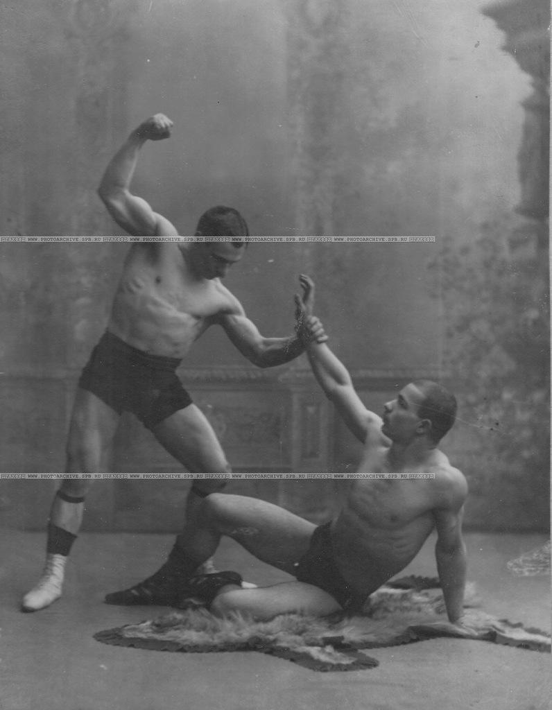 0_a6a01_3b26965b_XXLВ Школе борьбы борцы борются по методу Лебедева