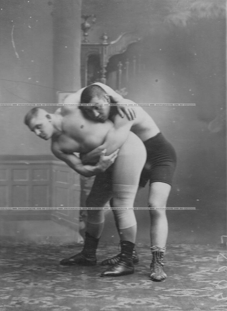 0_a6a09_83f0df81_XXLБорец  Н.Поспешил демонстрирует прием захват человека, справа - борец Муханара