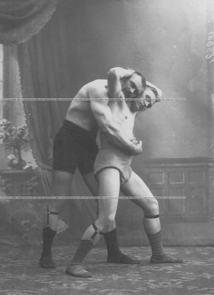 Сильнейшие участники чемпионата во время схватки на ринге; слева - чемпион мира И.Заикин