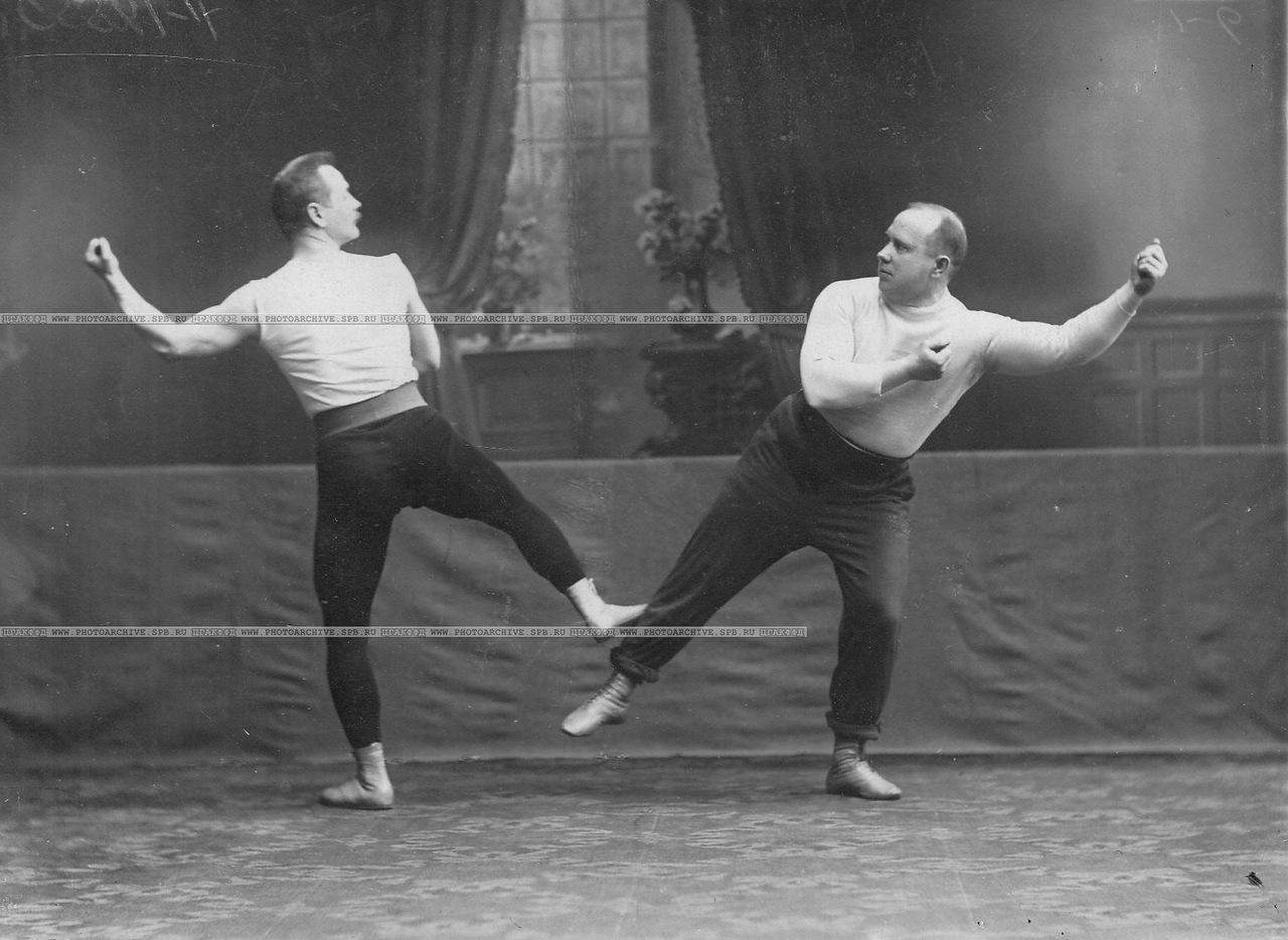 0_a69e8_f90253dd_XXXLГрупповое акробатическое упражнение слева штангист, преподаватель бокса В.П.Кретьянсон, справа - М.М.Антонович