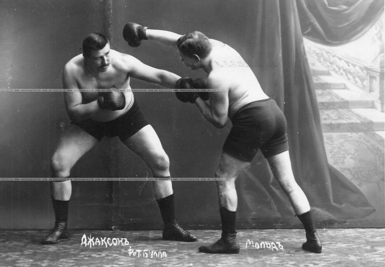 0_a69ea_2797dfa1_XXXLУчастники матча по английскому боксу боксеры Мольд и Т.Жаксон (справа) в момент боя