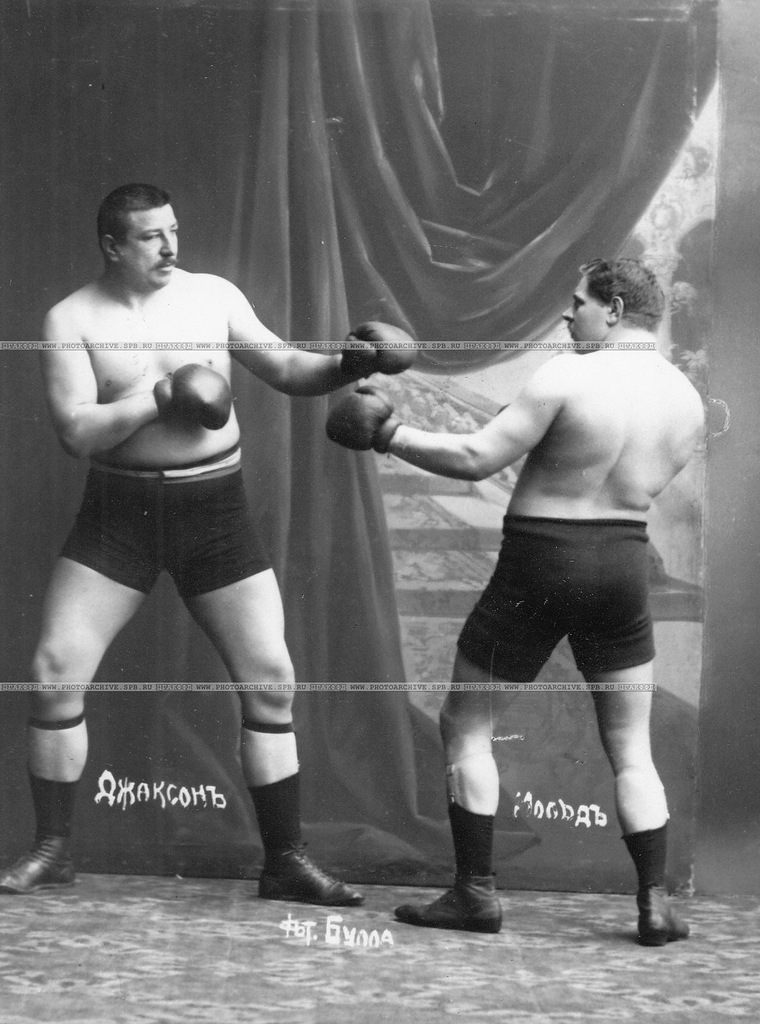 0_a69eb_8be2c58c_XXLУчастники матча по английскому боксу боксеры Мольд и Т.Жаксон (справа) в момент боя