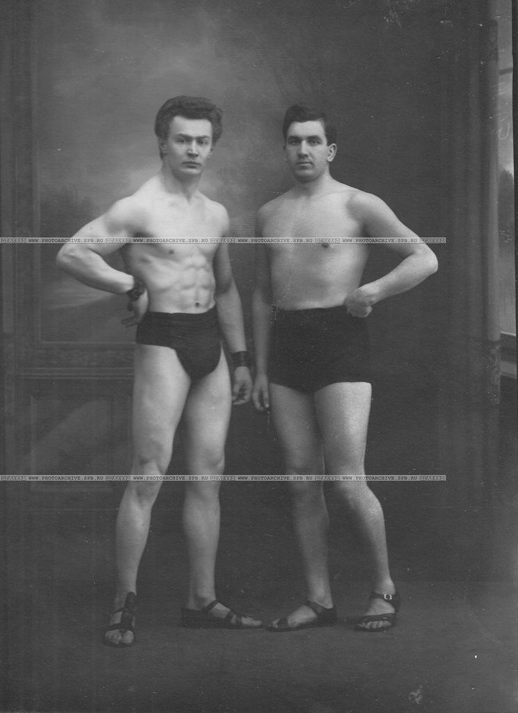 0_a69ed_c785f743_XXLБоксер Л.А.Чаплинский (слева) со спортсменом