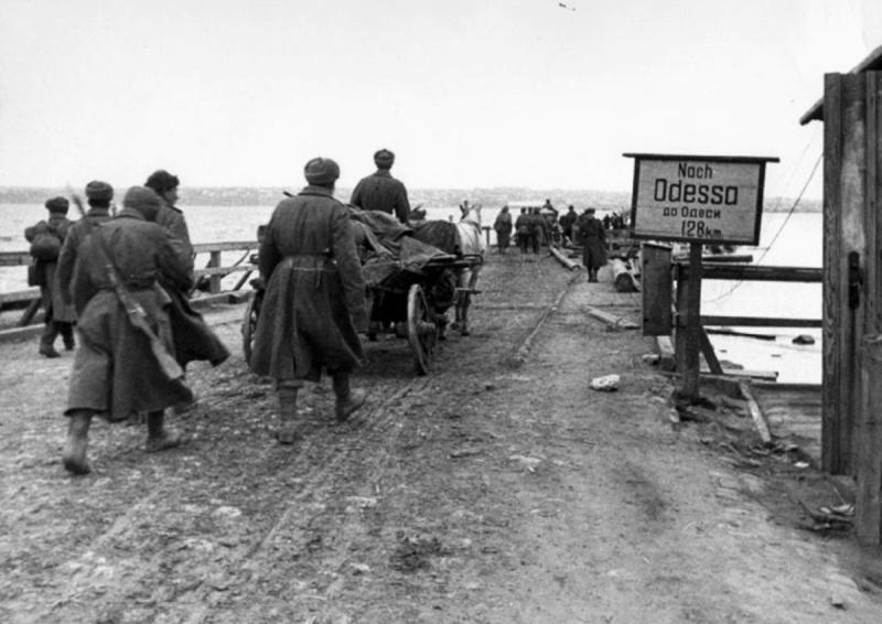 Советские солдаты на марше на Одессу.