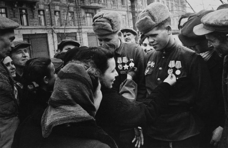 Встреча жителей Одессы с бойцами освободивших город советских частей. Авторское название фото — «Встреча победителей в Одессе».