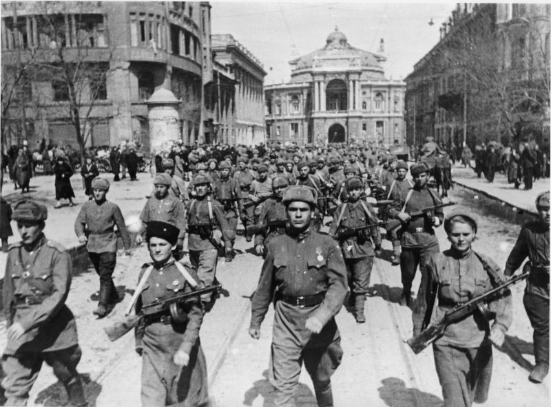 Советские войска вступают в освобожденную Одессу. Фотография сделана на улице Ленина (сейчас ул. Ришельевская). На заднем плане Одесский оперный театр.