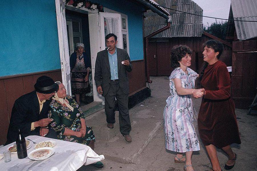 UAof80s01Деревня Черешенка рядом с городом Черновцы. Сельская свадьба. 1988 год.
