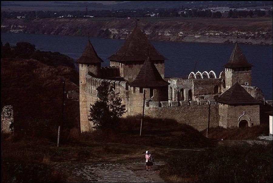 UAof80s26Рядом с городом Черновцы. Замок Хотин на реке Днестр.