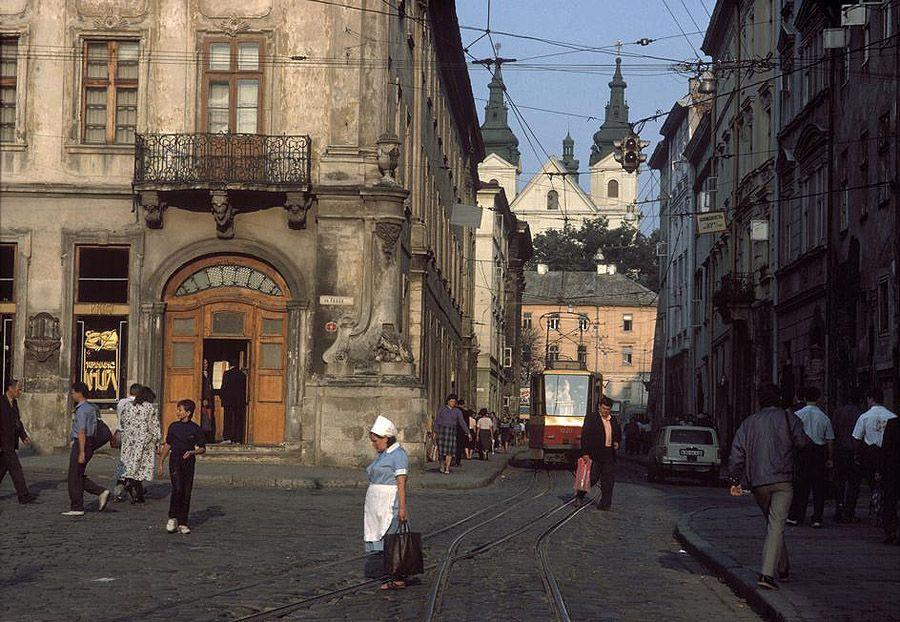 UAof80s10Львов. Вид с центральной площади Рынок на улицу Русская. 1988 год.