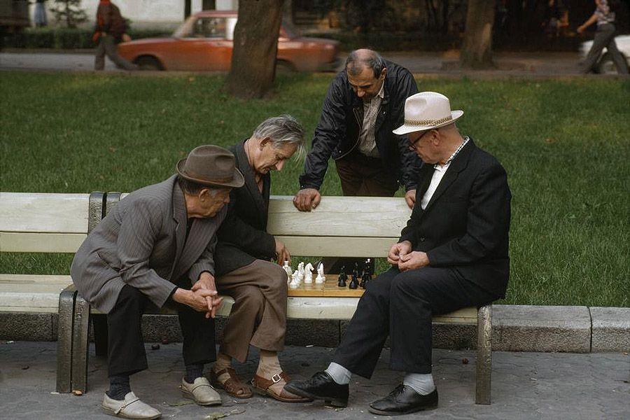 UAof80s15Львов. Шахматисты и случайные зрители в парке. 1988 год