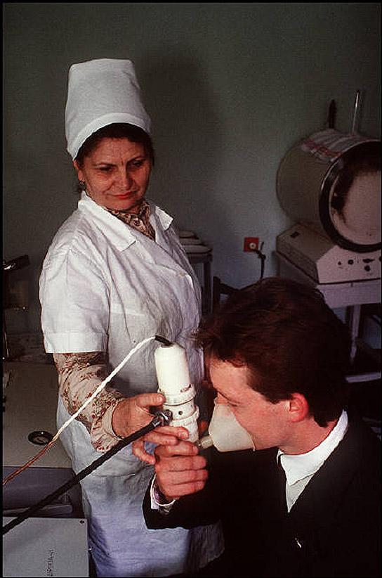 UAof80s11Донецк. Украинского шахтера проверяют на бронхит и загрязненность легких. 1988 год.