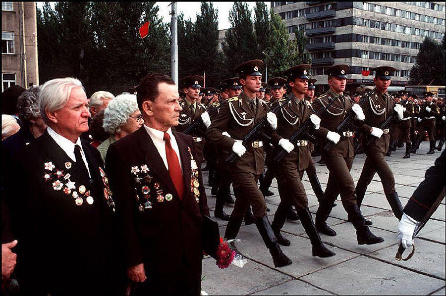 UAof80s16Донецк. Ветераны Второй мировой войны пришли почтить погибших во время нацистской оккупации. 1988 год.