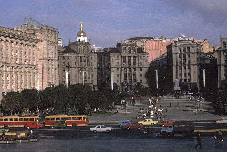 UAof80s36Киев. Площадь Октябрьской революции вдоль улицы Крещатик. 1988 год.