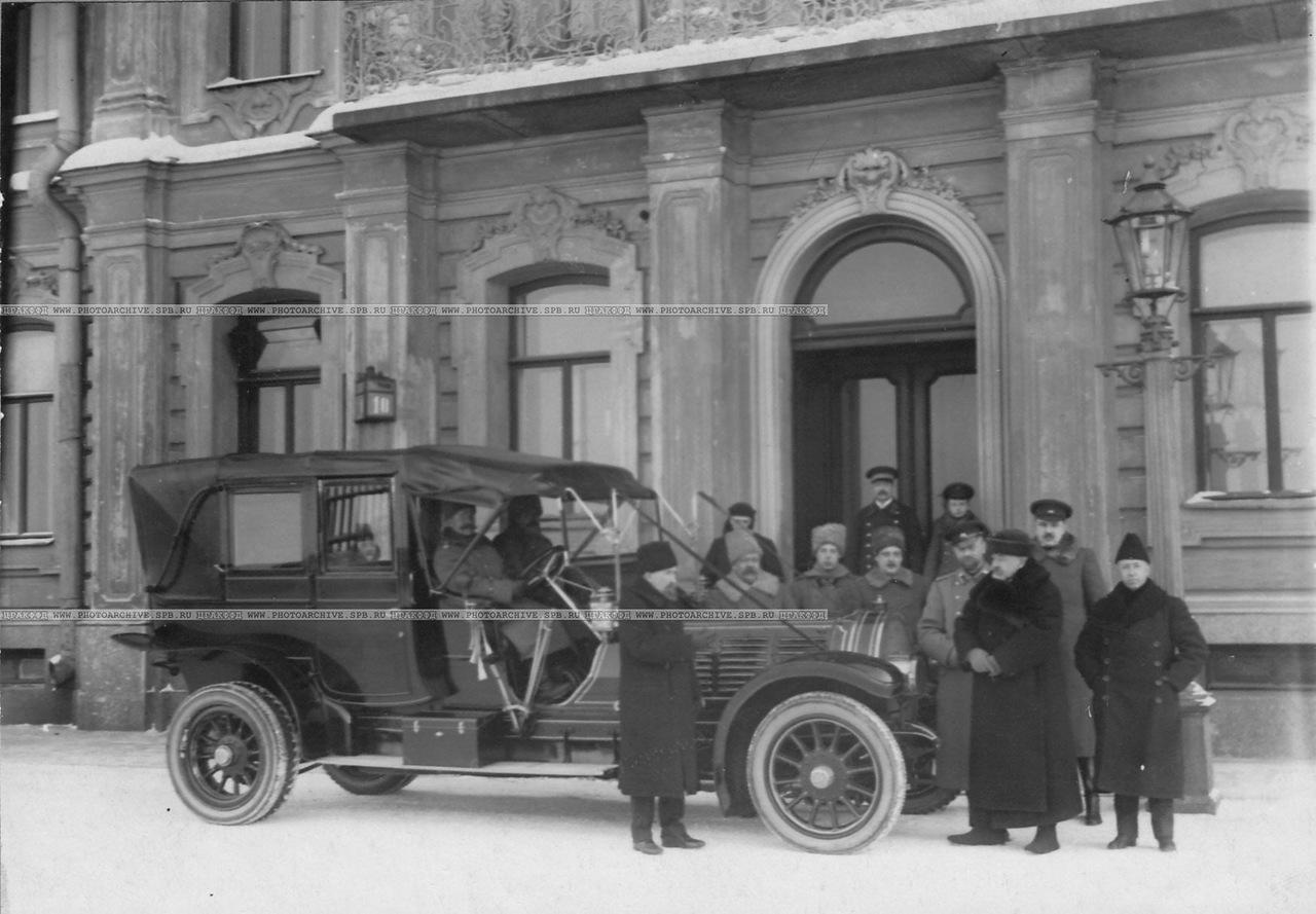 0_a6cad_731788a_XXXLГруппа членов Императорского Российского автомобильного общества перед дворцом великого князя Михаила Александровича