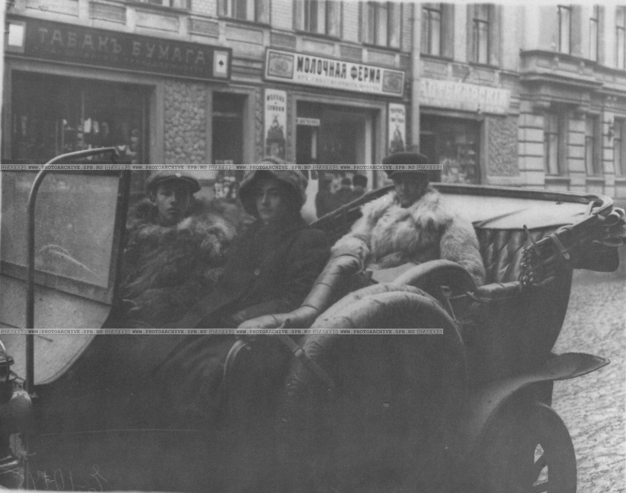 0_a6caf_af9591af_XXXLАвтомобилисты, члены Императорского Российского автомобильного общества, в машине