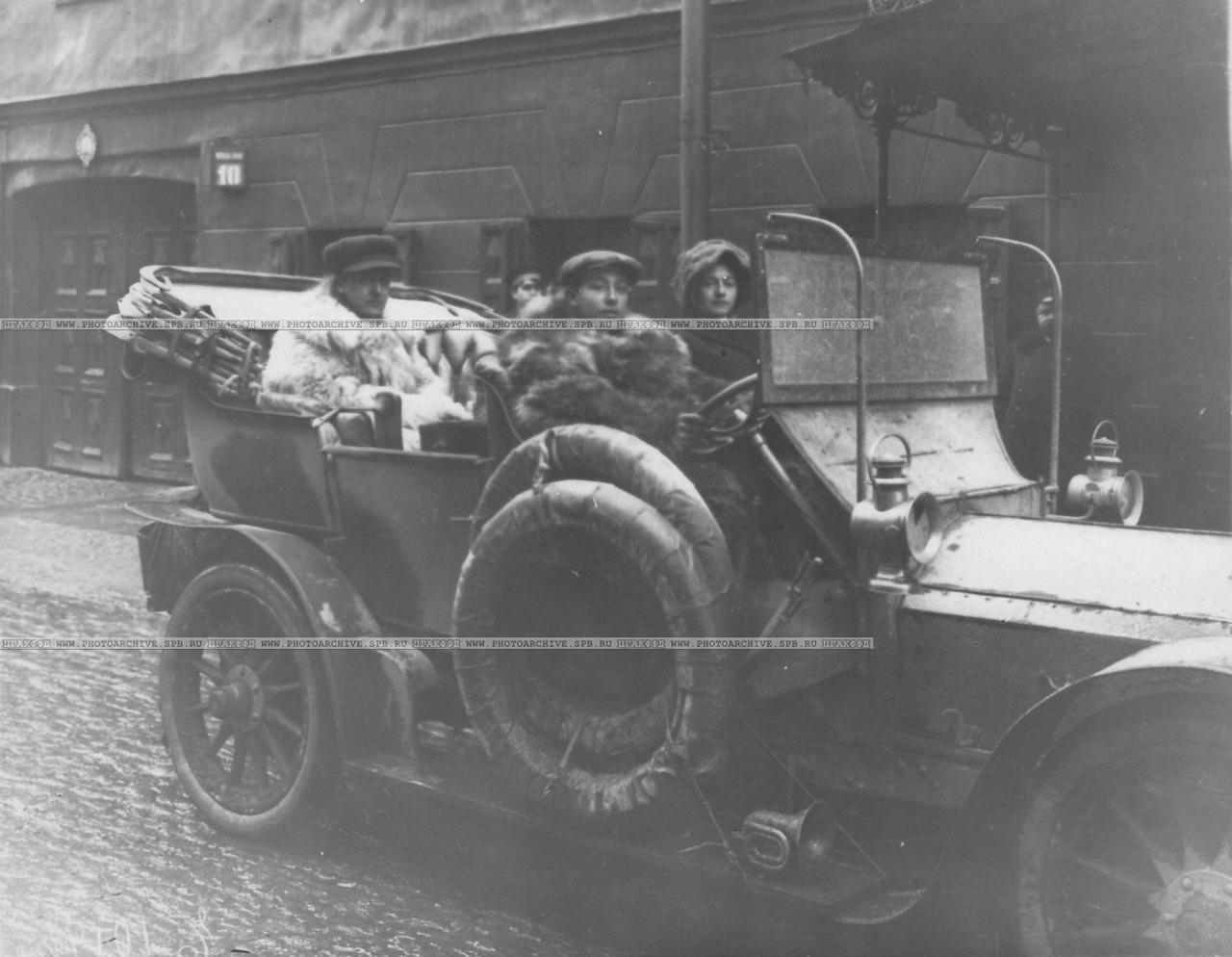 0_a6cb0_f8203195_XXXLАвтомобилисты, члены Императорского Российского автомобильного общества, в машине