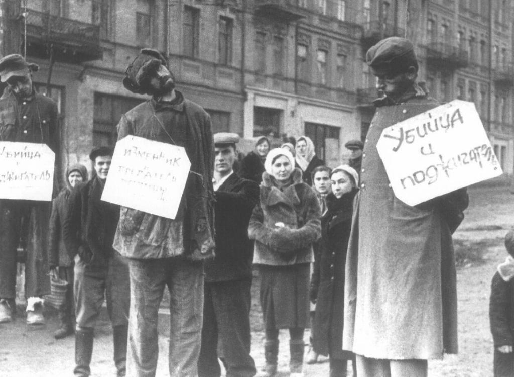 231012012012Коллаборационисты и немецкие солдаты, повешенные на площади Калинина (в настоящее время — майдан Незалежности) в Киеве.