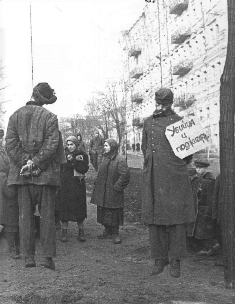 e6d8fcb7cda1d70f02417f05b9308d75Коллаборационисты и немецкие солдаты, повешенные на площади Калинина (в настоящее время — майдан Незалежности) в Киеве.