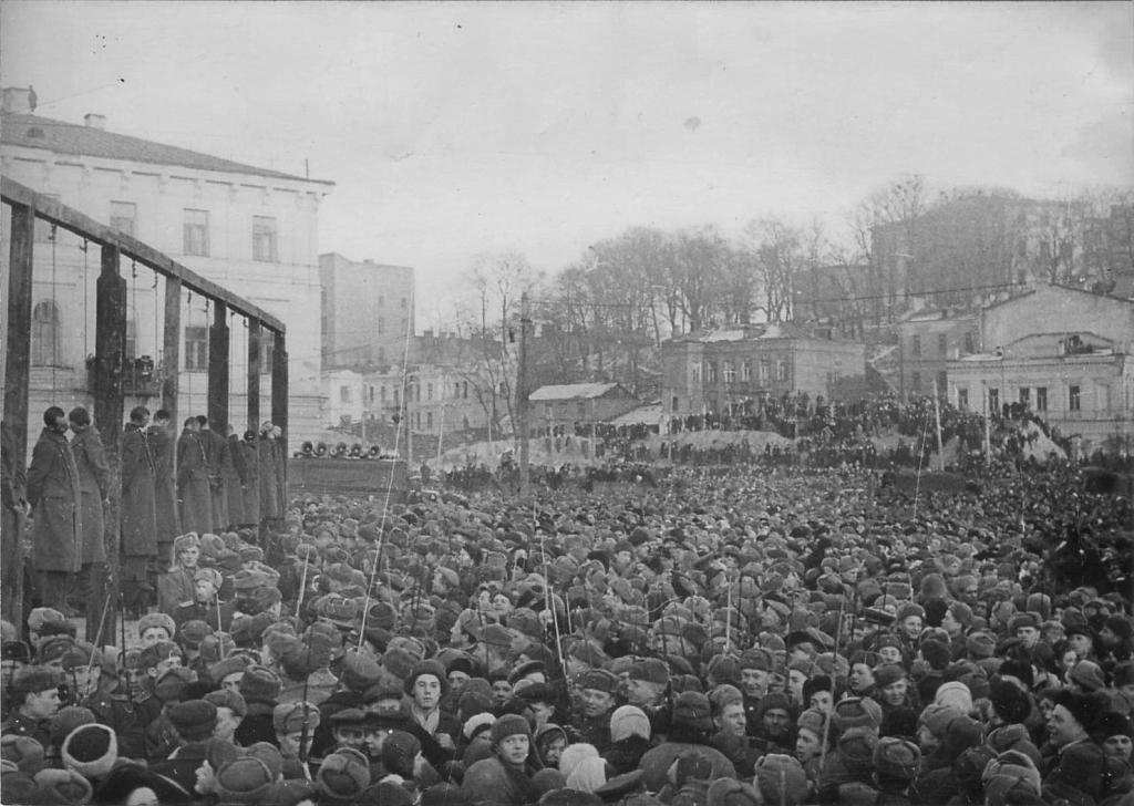 KGrHqJoQFIrkVkH9GBSOz6PISQ60_57Публичная казнь немецких военных преступников в Киеве.