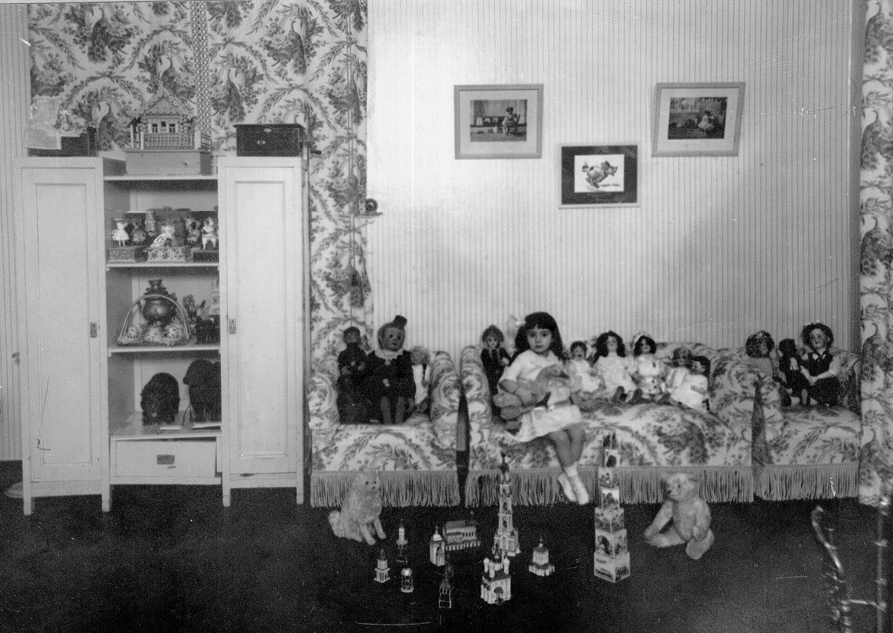 0_aaea0_7e0016d7_XXXLДочь артистки М.А.Михайловой в детской среди игрушек.