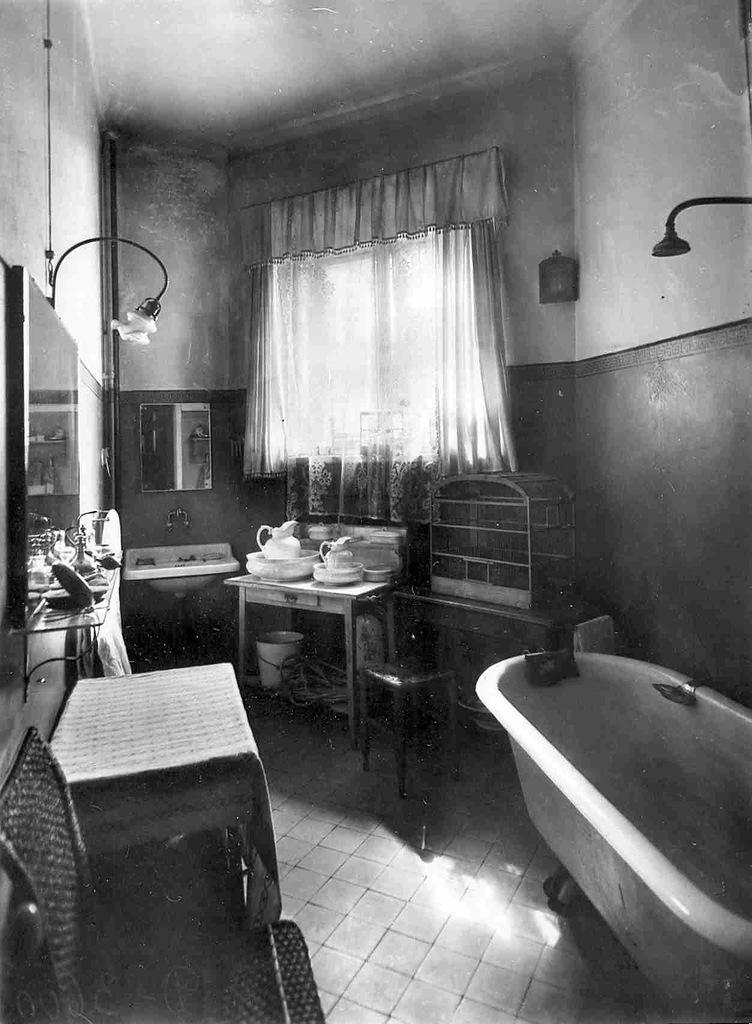 0_aaee7_1d3dd64d_XXLВанная комната в квартире князя М.М.Андроникова.