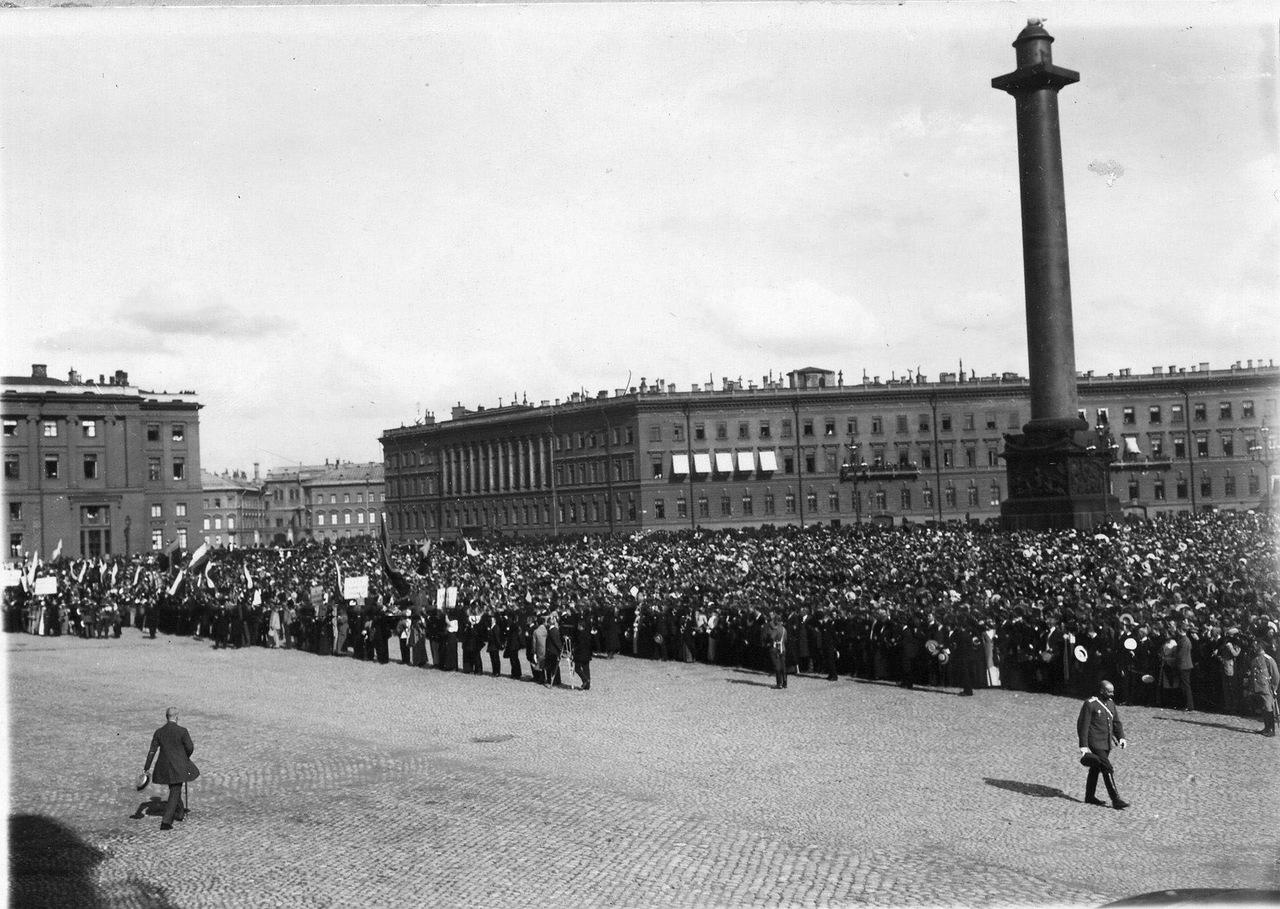 0_ab75c_887b1bc_XXXLНа Дворцовой площади во время чтения манифеста об объявлении войны.