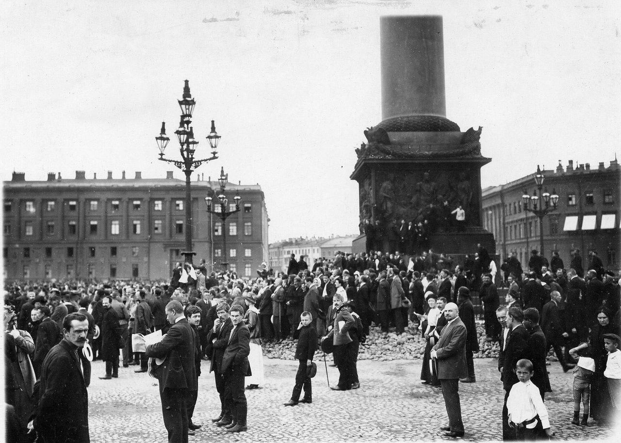 0_ab78a_7bf48c37_XXXLМанифестанты на Дворцовой площади ожидают выхода императора Николая II.