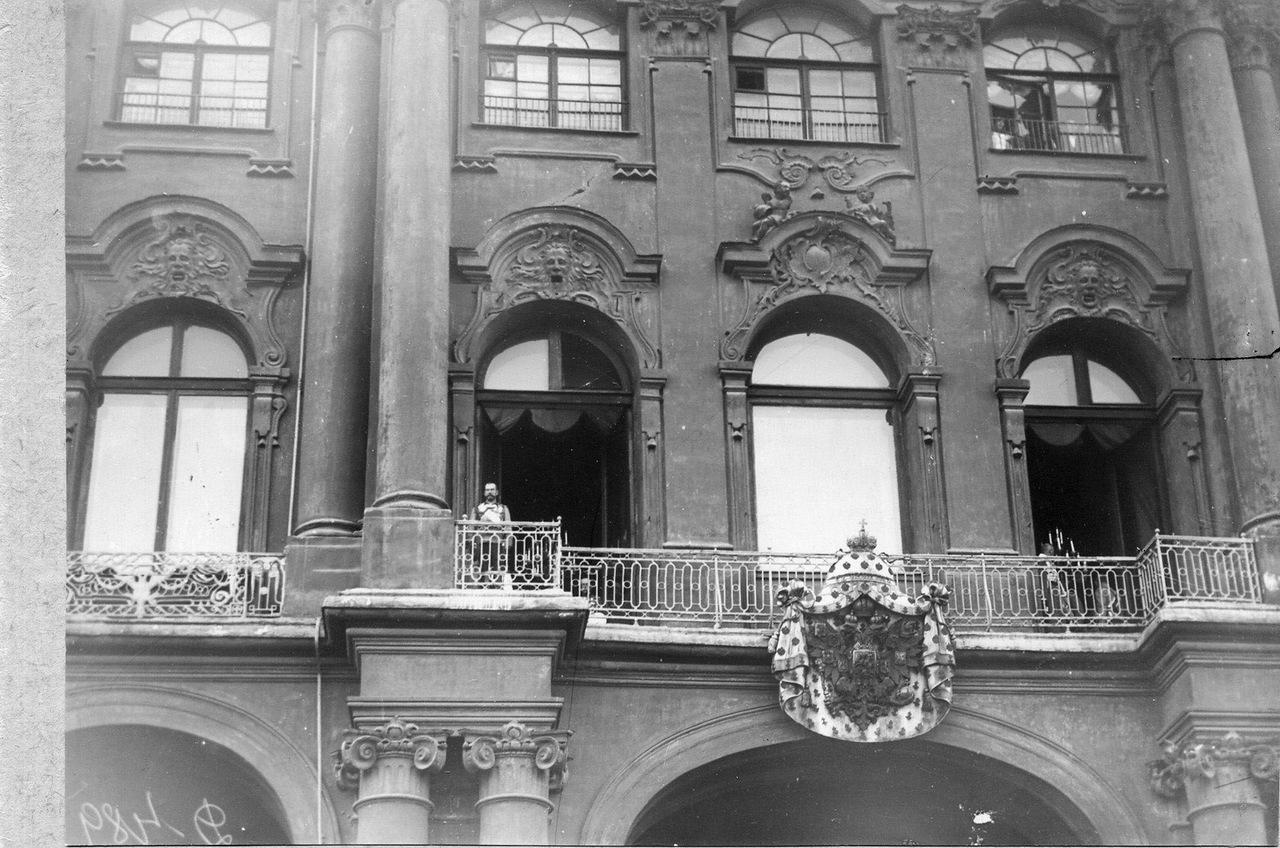 0_ab759_f97151ff_XXXLИмператор Николай II выходит на балкон Зимнего дворца перед чтением манифеста о вступлении России в войну.