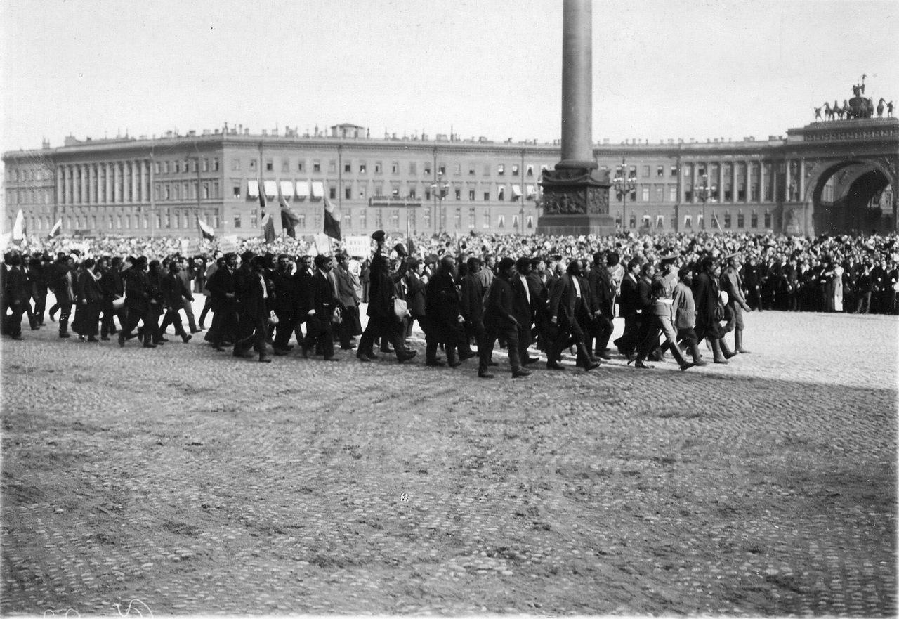 0_ab761_4be1f460_XXXLЗапасные проходят перед манифестантами у Зимнего дворца в день чтения манифеста об объявлении войны.