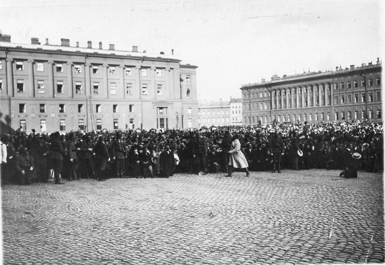 0_ab789_6f73d942_XXXLМанифестанты на Дворцовой площади ожидают выхода императора Николая II.