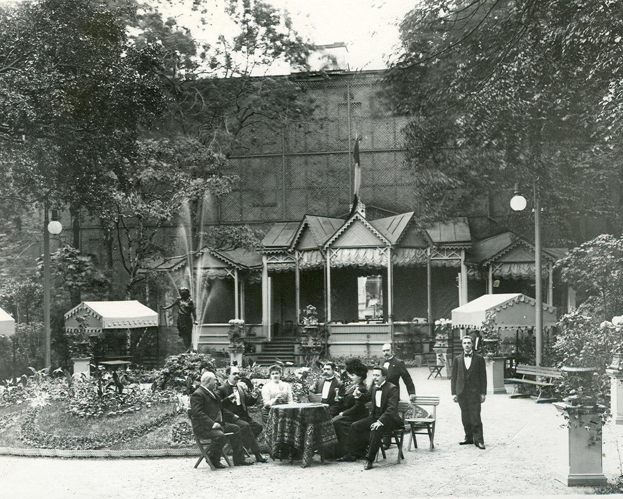 0_ac373_654d081c_XXXLГруппа посетителей за столом в саду ресторана Контан (крайний слева сидит владелец ресторана Альмир Жуэн