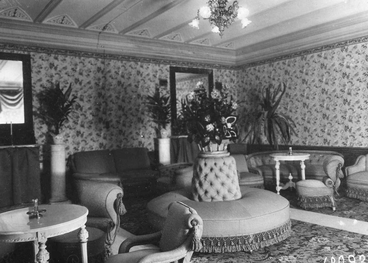 0_ac65a_fe293320_XXXLВнутренний вид залы ожидания с цветами и мягкой мебелью.