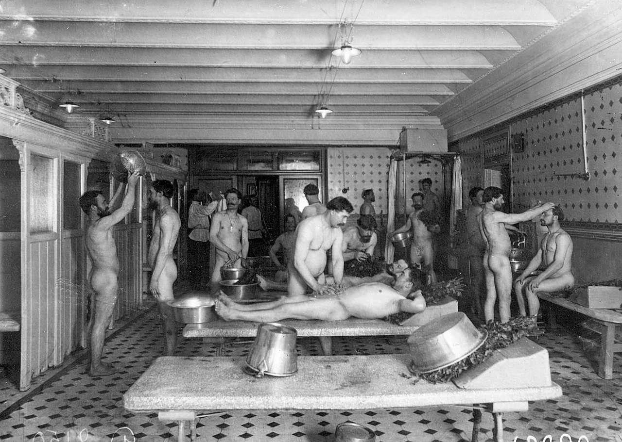 0_ac660_877a97d5_XXXLМытье посетителей банщиками в мыльной бани Егорова (Казачий пер., 11).