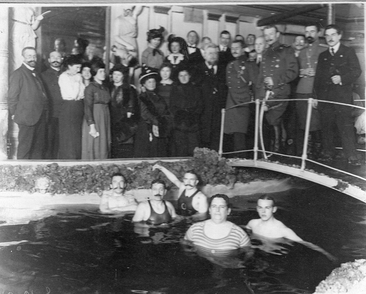 0_ac666_bb8b5dc1_XXXLГруппа пловцов после окончания занятий в плавательном бассейне.