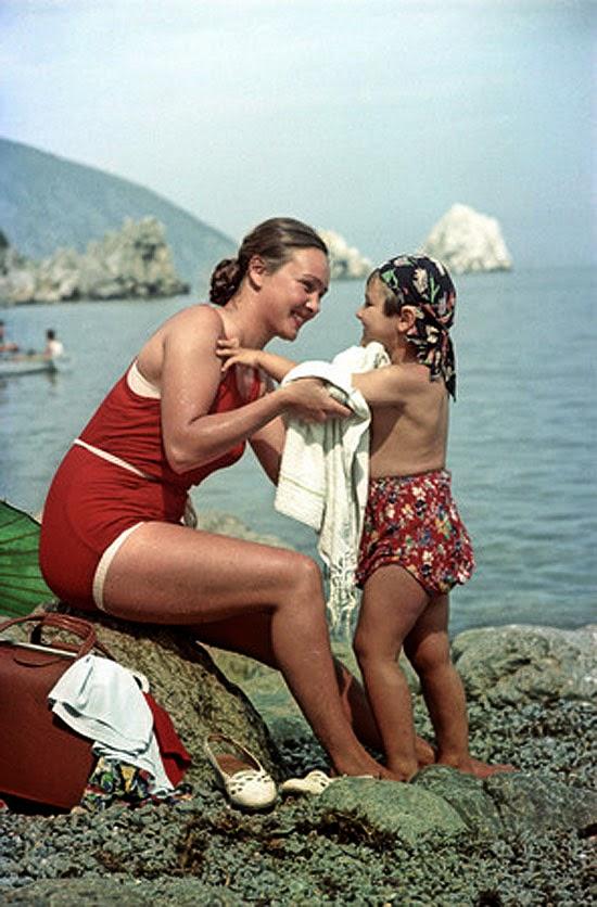 02«Драгунская Валентина Оттовна с дочерью Татьяной из Забайкалья. Крым», 1954 год.