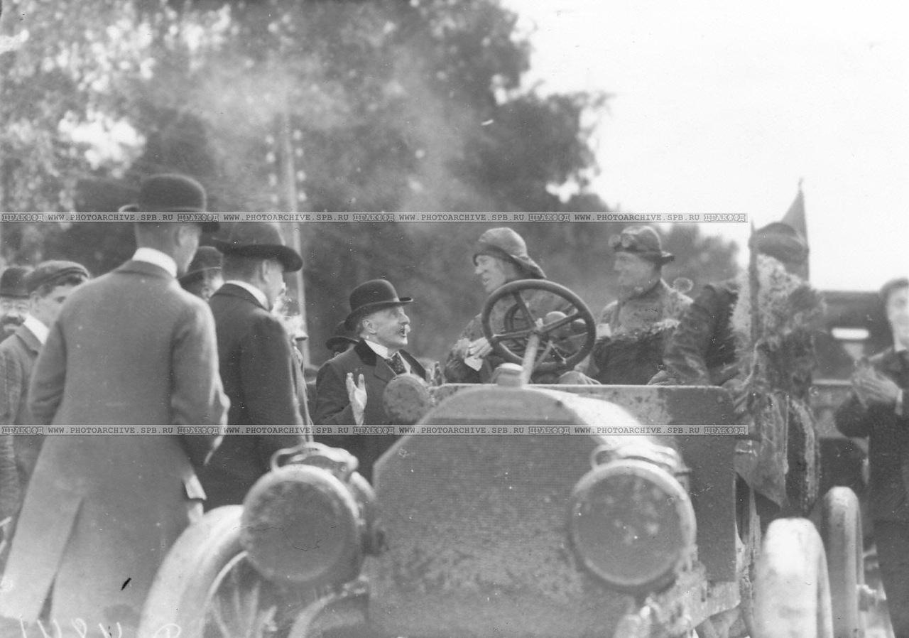 0_a678b_4350a66_XXXLПредставители городского самоуправления встречают первую автомашину- участницу автопробега на Петергофском шоссе