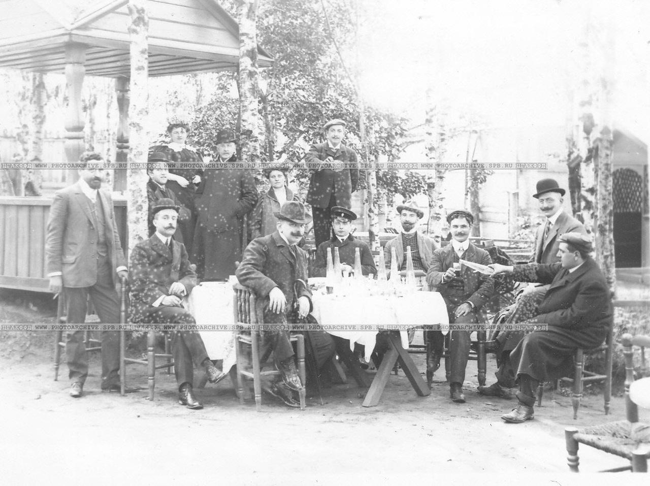 0_a678f_359c8c20_XXXLГруппа участников автопробега в саду трактира за столиками