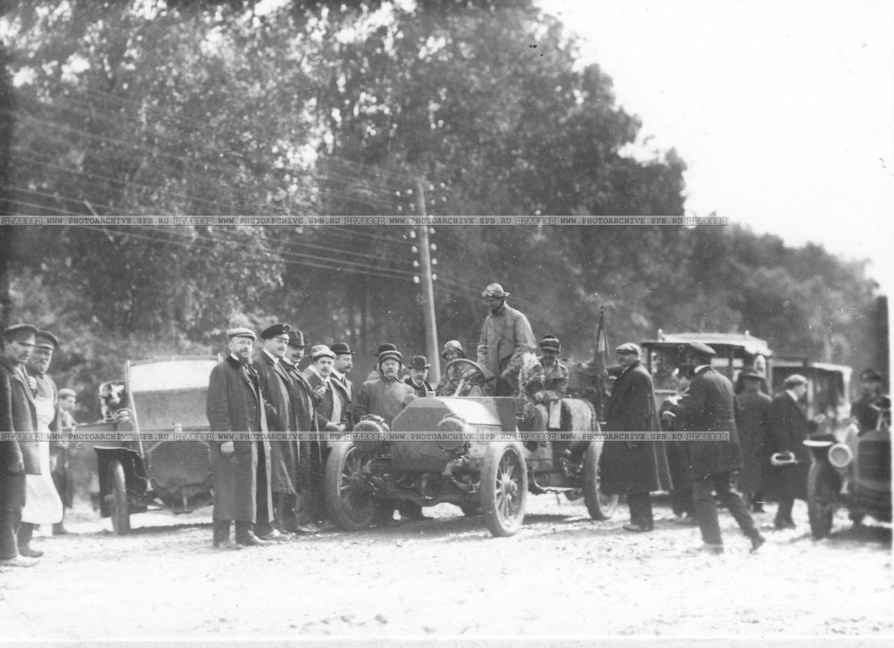 0_a6790_f128463_XXXLГруппа встречающих и участников автопробега на Петергофском шоссе