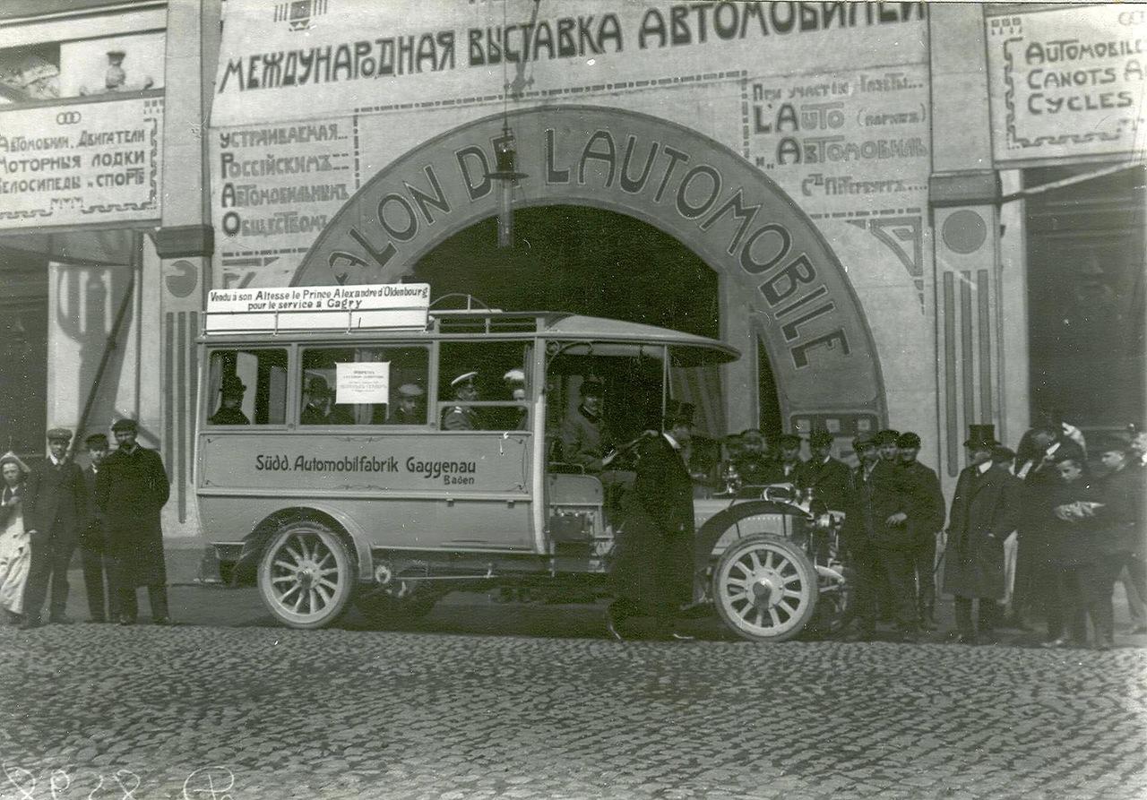 0_a93e7_81841ed5_XXXLАвтобус перед зданием Михайловского манежа , в котором проходила выставка автомобилей.