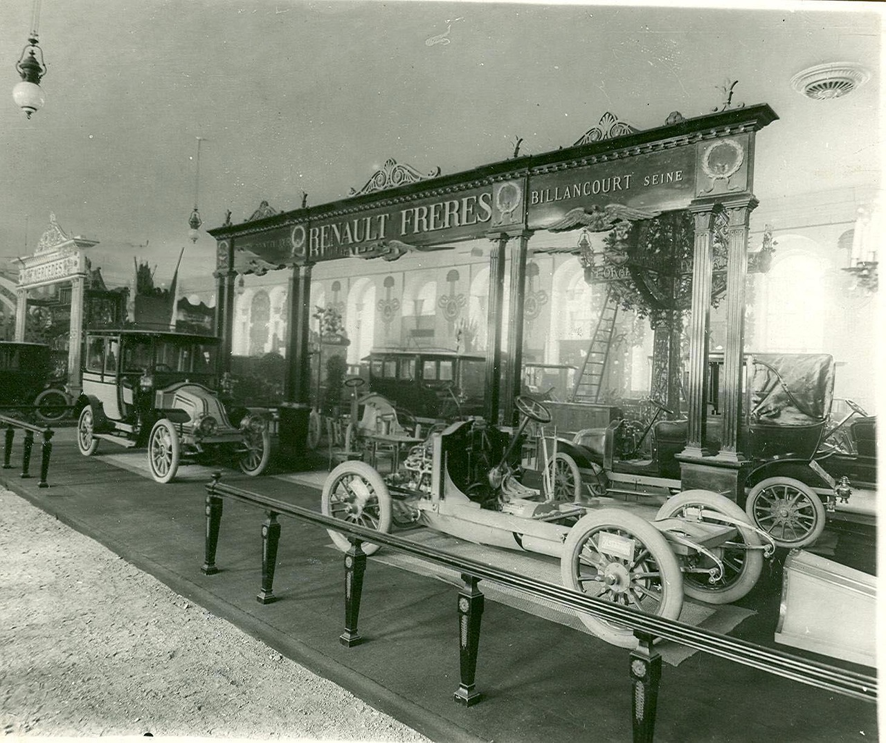 0_a93f1_68fefa7f_XXXLАвтомобили фирмы братьев Рено - экспонаты выставки .