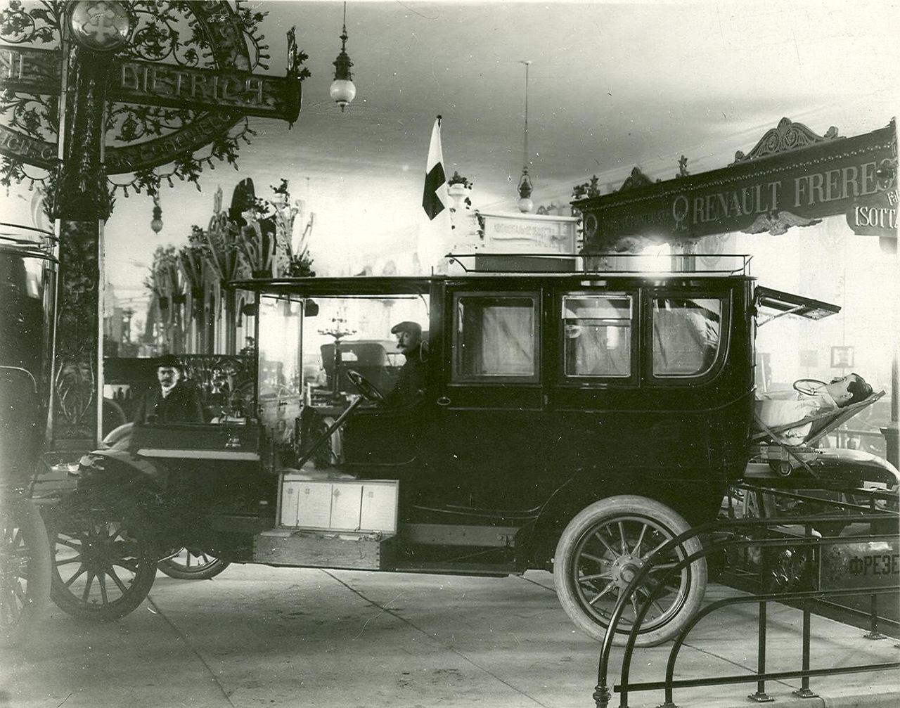 0_a93fe_7ce32a4_XXXLАвтомобиль фирмы братьев Рено с запасными частями к ним - экспонат выставки.