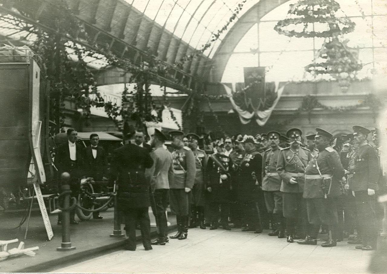 0_a940a_824fb37a_XXXLИмператор Николай II и сопровождающие его лица в выставочном зале.