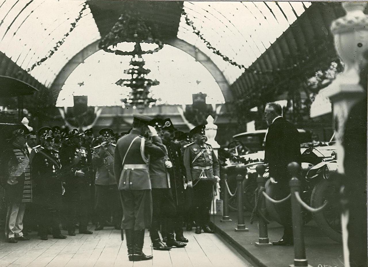 0_a940e_f7c1ec35_XXXLИмператор Николай II с группой военных осматривает выставку.