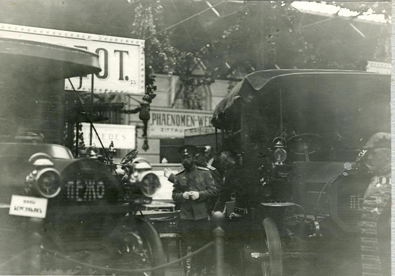0_a940f_a593cb1c_XXXLИмператор Николай II и сопровождающие его лица осматривают на выставке автомобили фирмы Пежо.