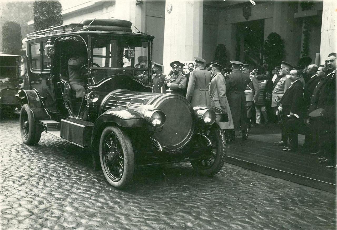 0_a941b_b73d8d2c_XXXLИмператор Николай II и сопровождающие его лица у выхода с выставки.