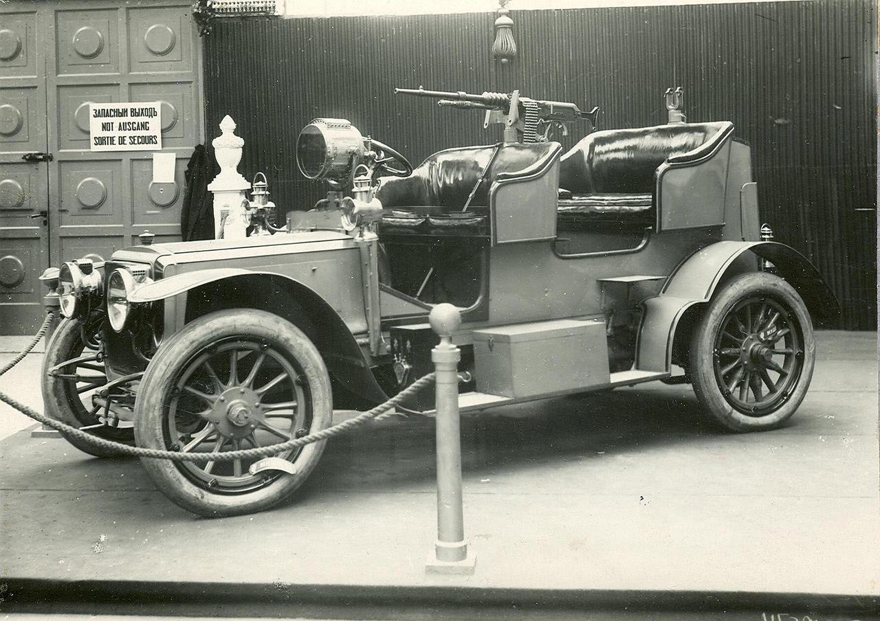 0_a941c_d8120600_XXXLВоенный автомобиль с установленным на нем пулеметом - экспонат выставки.