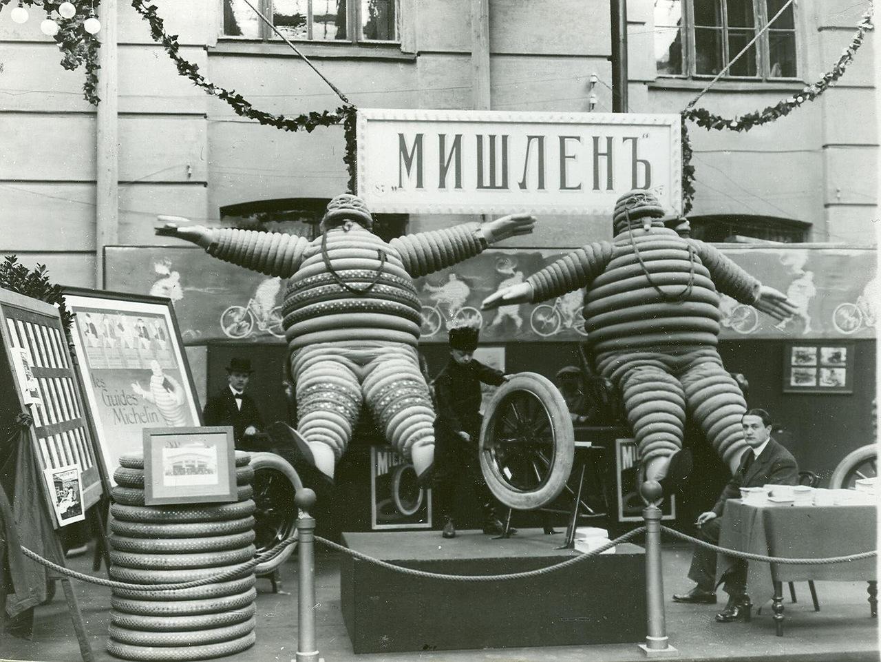 0_a941e_fd60c84a_XXXLЭкспонаты французской фирмы Мишлен на Четвертой Международной автомобильной выставке в Михайловском манеже.