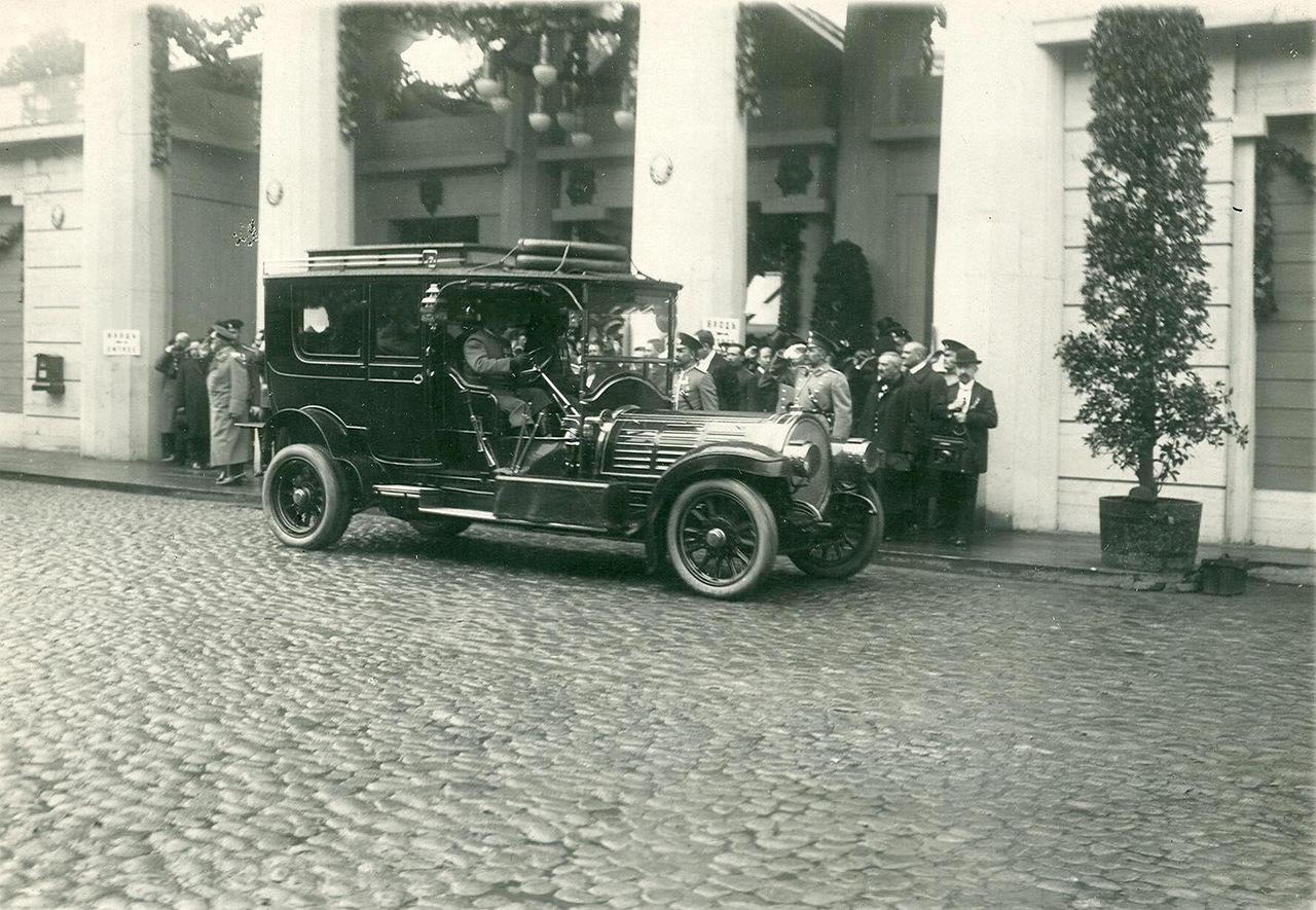 0_a9404_7c1d3c92_XXXLАвтомобиль императора Николая II у здания манежа.