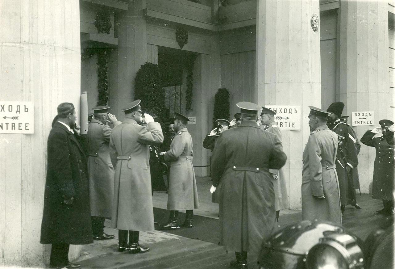 0_a9405_85521a74_XXXLИмператор Николай II и сопровождающие его лица у входа на выставку.